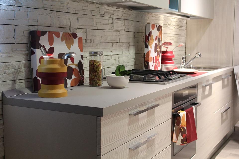 фартук из камня на кухне фото
